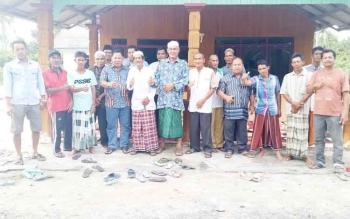 H M Syairi saat berfoto bersama masyarakat Desa Sungai Buntu, Kecamatan Pantai Lunci, Kabupaten Sukamara