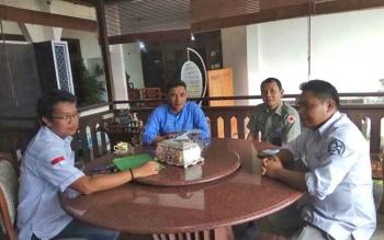 Bupati Kotim Supian Hadi (dua kiri) bersama Ketua PWI Kotim Andri Rizki Agustian (kiri) saat berdiskusi masalah persiapan kemah jurnalistik.
