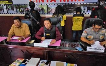 Kasubdit III Jatanras Direktorat Reserse Kriminal Umum Polda Kalteng AKBP Dodo Hendro Kusuma (tengah) saat menyampaikan keterangan pers penetapan tiga tersangka arisan online, Selasa (8/11/2017).