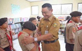 Kepala Dinas Pendidikan Kota Palangka Raya, Sahdin Hasan saat menghadiri kegiatan dengan sejumlah anak-anak SD baru-baru ini.
