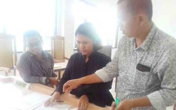 M Rifqi Nasrullah (kiri) kuasa hukum Setia Wijaya alias Yoyong dan Duliarman L Sinurat kuasa hukum Fakrudin, saat di PN Sampit.