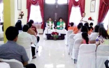 Tampak Bupati Lamandau, Ir. Marukan, saat menyampaikan sambutan di sela-sela kegiatan Misa Syukur yang digelar dalam rangka rencana perjalanan rohani di Rujab Bupati, Rabu (8/11/2017).