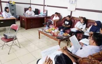 Rapat Dewan Pengupahan Kabupaten di ruang kerja Kepala Dinas Transmigrasi Tenaga Kerja Koperasi dan UKM Kabupaten Gunung Mas, Rabu (8/11/2017).