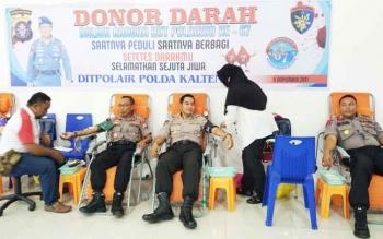 Wadir Polair Polda Kalteng AKBP Denny Haryadi bersama Kasat Rolda AKBP Sulistiyono saat mendonorkan darahnya, Rabu (8/11/2017).