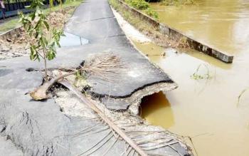 Beginilah kondisi jalan yang menghubungkan Kecamatan Gunung Timang dan Kecamatan Montallat. Badan jalan rusak karena longsor