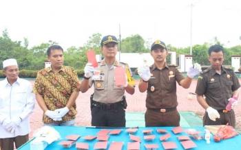 Kapolres Lamandau AKBP Andika Kelana Wiratama beserta pejabat lainnya ikut memusnahkan barang bukti sabu dan ekstasi di halaman Kantor Kejari Lamandau, Rabu (8/11/2017)