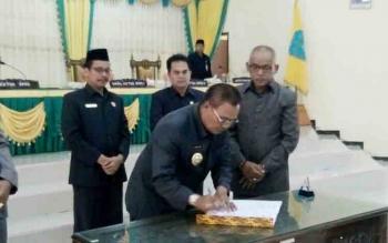 Tampak Bupati Lamandau, Mariukan, didampingi Wabup Sugiyarto dan disaksikan unsur pimpinan DPRD Lamandau saat menandatangani ranperda APBD 2018 menjadi Perda pada saat Paripurna di Gedung DPRD Lamandau, Rabu (8/11/2017)