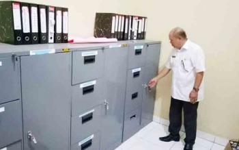 Kepala Dinas Perpustakaan dan Kearsipan Kabupaten Gunung Mas, Yokdie menunjukan tempat menyimpan arsip