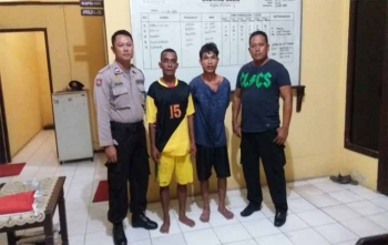 Dua tersangka kasus pemerkosaan, Udin (kaos kuning hitam celana pendek) dan Alex (kaos biru celana pendek) setelah berhasil dibekuk anggota Polsek Pangkalan Lada, Rabu (8/11/2017)