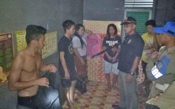 Personel Satpol PP Kabupaten Murung Raya menggerebek barak di Jalan Ahmad Yani, Kota Puruk Cahu, yang di dalamnya terdapat empat laki-laki dan dua perempuan, Rabu (8/11/2017) sekitar pukul 24.00 WIB.
