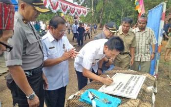 Bupati Barito Utara Nadalsyah menandatangani prasasti pendirian rumah betang Olo Lio di Kecamatan Gunung Purei, Rabu (9/11/2017).