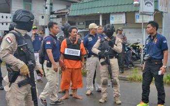 Tersangka Budi Hartono, pembunuh honorer Dinas Perhubungan Kabupaten Barito Selatan,\\r\\ndijaga ketat aparat kepolisian saat rekontruksi, Kamis (9/11/2017).