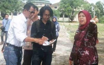 Bupati Kobar Nurhidayah (kanan) saat meninjau kawasan Pangkalan Bun Park, Kamis (9/11/2017).