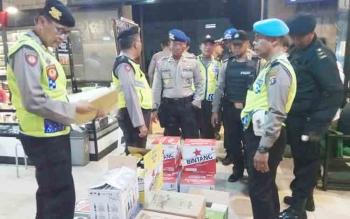 Kasat Sabhara Polres Kotim AKP Bambang Suiji bersama sejumlah perwira dan anggota lainnya saat merajia miras di Caffe Nine Ball, Rabu (8/11/2017) malam.