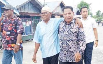 HM Syairi saat dirangkul salah satu warga Desa Pulau Nibung, Kecamatan Pantai Lunci, Kabupaten Sukamara.