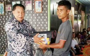 HM Syairi saat menyerahkan bantuan peralatan olahraga kepada pemuda di Desa Pulau Nibung, Kecamatan Jelai, Kabupaten Sukamara.