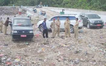 Wakil Bupati Sukamara, Windu Subagio saat meninjau langsung TPA Sampah