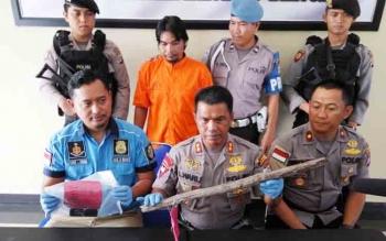 Kapolres Palangka Raya AKBP Lili Warli memperlihatkan barang bukti yang digunakan oleh pelaku untuk menghabisi seorang perempuan, Kamis (9/11/2017)