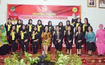 Pengurus PERWOSI Kapuas yang baru dilantik berfoto bersama Ketua PERWOSI Kalteng di Gedung Wanita Lawang Kameloh Kapuas, Kamis (9/11/2017).