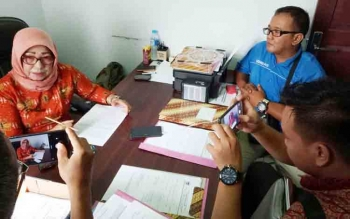 Sekretaris Dinkes Gumas Barkiah memberikan keterangan kepada wartawan.