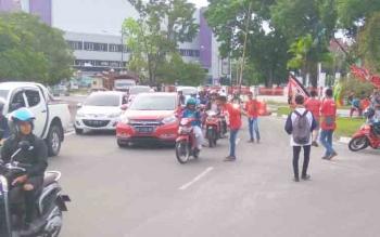 Kalteng Mania bagikan kupon kepada pengendara tadi sore. Kini, nobar sedang berlangsung di depan Videotron di depan Istana Isen Mulang