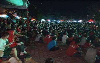 Ribuan warga Kota Palangka Raya nonton bareng laga Kalteng Putra Vs PSMS Medan di Bundaran Besar, Palangka Raya, Kamis (9/11/2017) malam