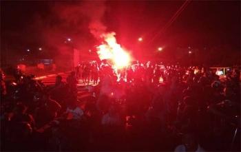 Kalteng Mania sedang melakukan selebrasi merayakan gol balasan Kalteng Putra ke PSMS Medan, di Bundaran Besar Palangka Raya, Kamis (9/11/2017) malam