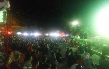 Ribuang orang mengikuti nontong bareng untuk menyaksikan laga Kalteng Putra Vs PSMS Medan digelar di kawasan Bundaran Besar Palangka Raya, Kamis (9/11/2017)