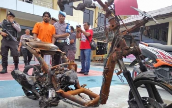 Aparat Polres Palangka Raya mengamankan kerangka sepeda motor metik yang digunakan Supian Supi sebelum membunuh selingkuhannya.