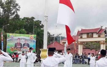 Pemerintah Kabupaten (Pemkab) Murung Raya (Mura) menggelar apel gabungan memperingati Hari Pahlawan di Halaman Kantor Pemkab Mura, Jumat (10/11/2017).