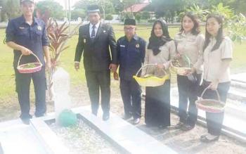 Sejumlah pejabat Pemprov Kalteng ziarah dan tabur bunga di Taman Makam Pahlawa Sanaman Lampang, Jalan Tjilik Riwut, Km 2,5, Kota Palangka Raya, Jumat (10/11/2017).