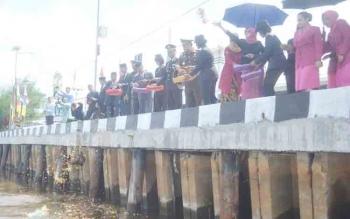 Bupati Sukamara, Ahmad Dirman bersama pejabat lainnya saat melakukan tabur bunga di perairan.