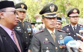 Danrem 102/Panju Panjung Kolonel Arm M Naudi Nurdika (tengah).