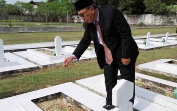 Wakil Wali Kota Palangka Raya Mofit Saptono Subagio menabur bunga di salah satu makam pahlawan di TMP Sanaman Lampang, Jalan Tjlik Riwut, Km2,5, Jumat (10/11/2017).