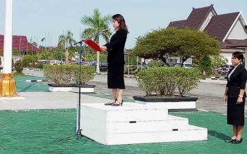 Wakil Ketua DPRD Gumas, Ristawati T Alang membacakan teks UUD 1955 saat upacara peringatan Hari Pahlawan di kantor Bupati Gumas, Jumat (10/11/2017).