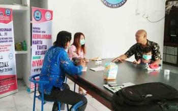 Kepala BNNK Kobar I Wayan Korna sedang menanyai WS adik ST tersangka kurir sabu yang ditangkap Selasa (7/11/2017)