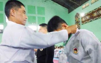 Danrem 102/Panju Panjung Kolonel Arm M Naudi Nurdika mengalungkan tanda peserta kepada atlet peserta Kejurda Karate, Inkai Panju Panjung Cup I se-Kalimantan, Jumat (10/11/2017).