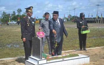 Bupati Sukamara Ahmad Dirman, menabur bunga di Taman Makam Pahlawan, Jumat (10/11/2017).