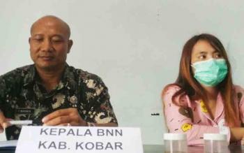 Kepala BNNK Kobar I Wayan Korna dan WS (16 tahun) pengguna sabu yabg diamankan dari barakannya Selasa (7/11/2017)