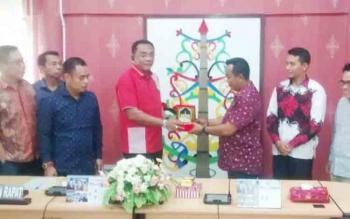 Ketua DPRD Kota Palangka Raya, Sigit K Yunianto menerima kenang-kenangan dari DPRD Tanah Bumbu, Jumat (10/11/2017).