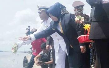 Bupati Kobar sedang melakukan tabur bunga di Pelabuhan Panglima Utar Kecamatan Kumai, Jumat (10/11/2017).