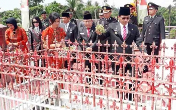 Bupati Murung Raya Perdie M Yoseph saat ziarah ke makam Pahlawan, Jumat (10/11/2017).