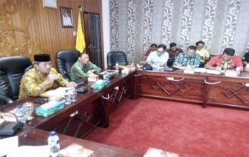 Walikota Palangka Raya Riban Satia memimpin rapat membahas program JKN-KIS bersama BPJS Kesehatan, Jumat (10/11/2017)