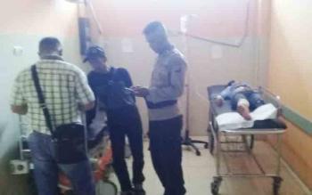 Sejumlah aparat kepolisian saat melakukan penyelidikan di tempat korban di tusuk. (MUHAMMAD HAMIM/)