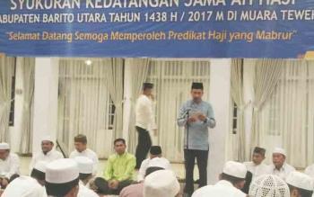 Bupati Barito Utara, H Nadalsyah saat menyampaikan sambutan pada syukuran haji, Jumat (10/11/2017) malam ini.