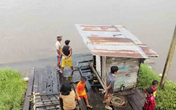 Sejumlah warga sedang berada di tepi Sungai Mentaya. Saat ini buaya sering muncul di Sungai Mentaya, terutama di daerah selatan, Kabupaten Kotawaringin Timur (Kotim).