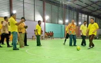 Ketua DPD Partai Golkar Gumas Jaya S Monong menendang bola tanda dimulainya turnamen futsal di GOR Bocilla, Kuala Kurun, Jumat (10/11/2017) malam.