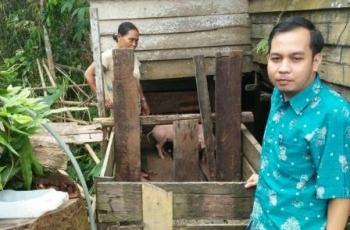 Anggota DPRD Gumas Evandi saat penyerahan bantuan ternak.