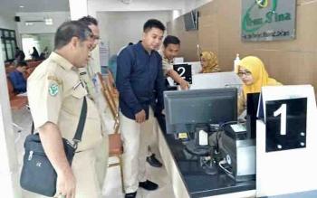 Anggota DPRD Barito Utara, Mustafa Joyo Muchtar melihat langsung Sistem Informasi Rumah Sakit di RSUD Ibnu Sina, Kabupaten Gresik, Provinsi Jawa Timur.