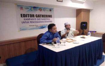 dr Fery Iriawan, Kepala Bidang Kesehatan Masyarakat pada Dinas Kesehatan Provinsi Kalimantan Tengah (kiri) saat menjadi pembicara diacara gathering bersama editor dan redaktur, Sabtu (11/11/2017)